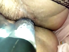 Using a vibrator to penetrate her muff