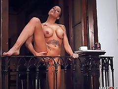 Domineer Cougar Squirts from her Balcony
